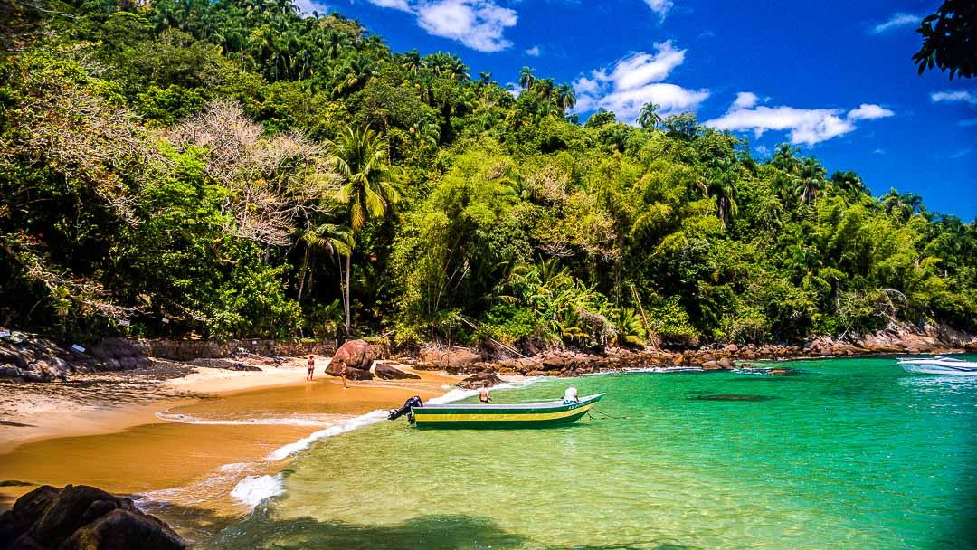 Barco ancorado na Praia de Terra, uma das duas da Ilha das Couves em Ubatuba
