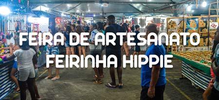 Pessoas passeando e fazendo compras na Feira de Artesanato de Ubatuba ou Feirinha Hippie