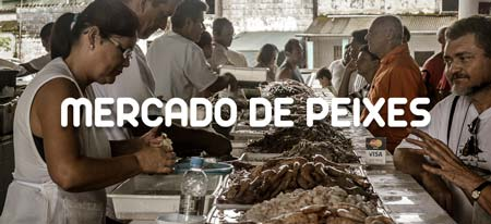 Consumidores adquirindo peixes no Mercado de Pescados de Ubatuba