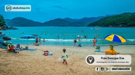 Com águas rasas e calmas, crianças podem entrar no mar com segurança. Uma boa praia para famílias em Ubatuba