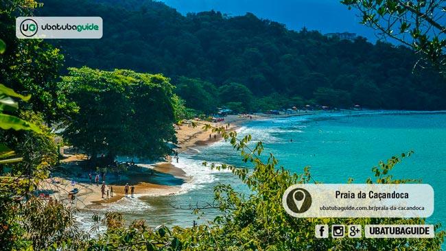 Mesmo distante da rodovia, a Praia da Caçandoca é muito frequentada por famílias