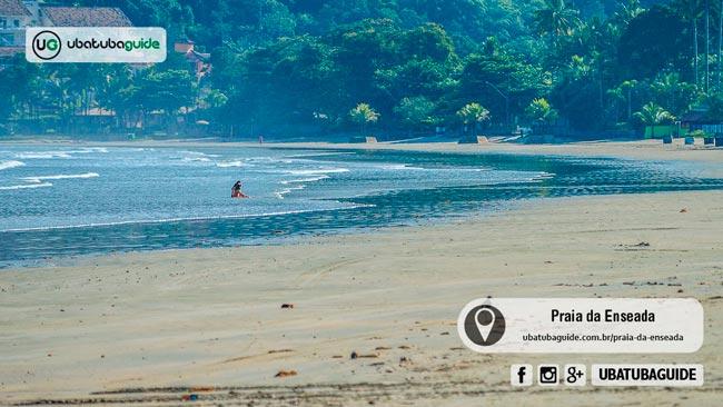 Com ampla faixa de areia, a Praia da Enseada em Ubatuba é uma ótima praia para aproveitar o dia em família, inclusive com crianças e bebês