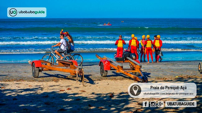 Guarda vidas reunidos na orla da Praia do Perequê Açú realizando treinamento. Com base fixa dos guarda vidas, Perequê Açú é uma das melhores praias de Ubatuba para banho