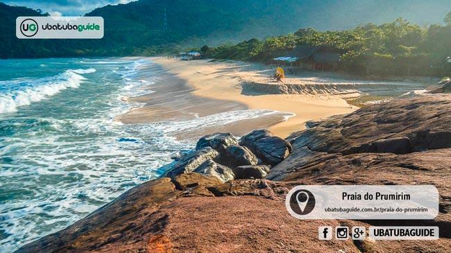 Mesmo sendo de tombo, o extremo direito da Praia do Prumirim é bom para banho de mar. Por ali há também um rio raso e sem correnteza, onde é possível aproveitar com bebês e crianças