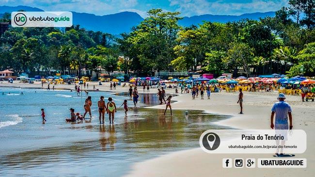 Pessoas e crianças caminhando, correndo e brincando na orla da Praia do Tenório, que é uma das melhores praias de Ubatuba para famílias