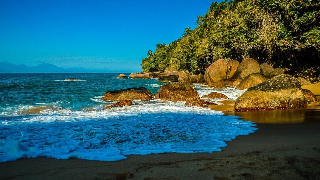 Rochas na entrada do mar da Praia do Cedrinho em Ubatuba. Uma excelente praia para mergulho livre e frequentada por famílias