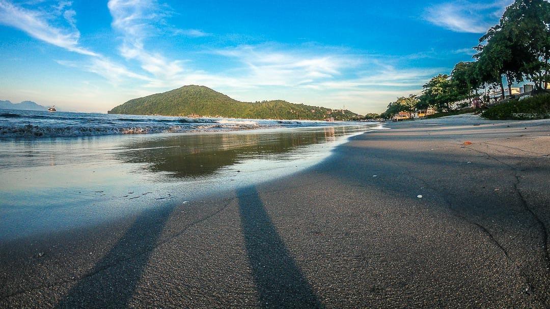 Quase no nível da areia, esse registro revela a tonalidade escura das areias da Praia do Itaguá em Ubatuba