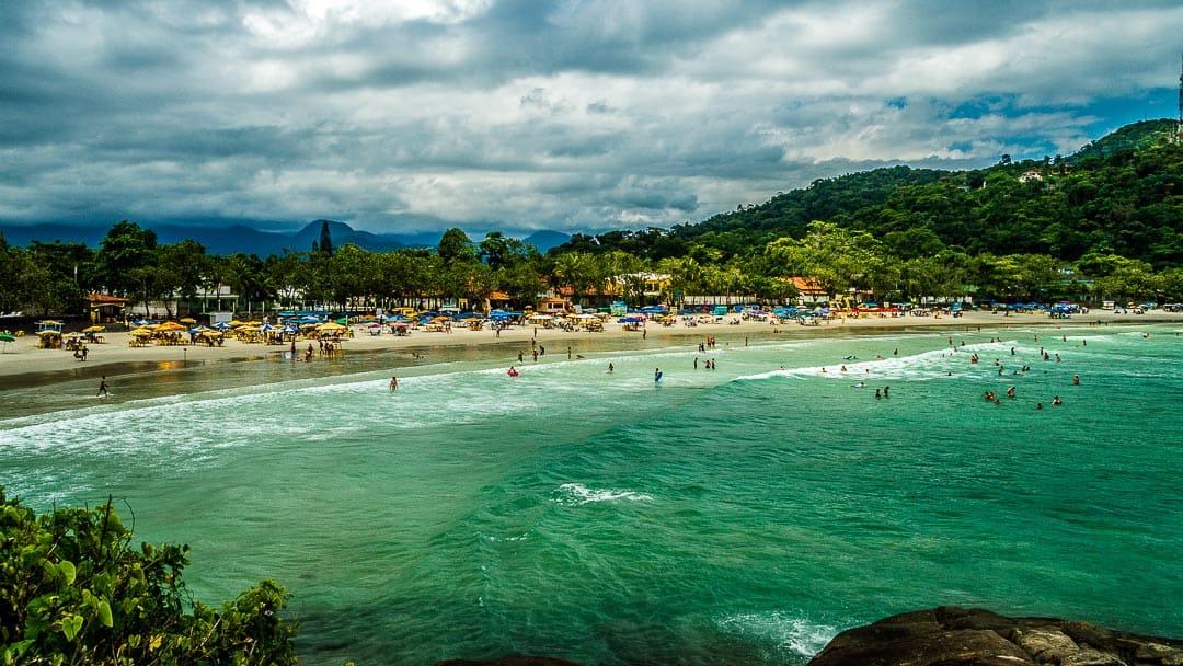 Praia do Tenório em registro panorâmico a partir da costeira no extremo direito em uma tarde nublada