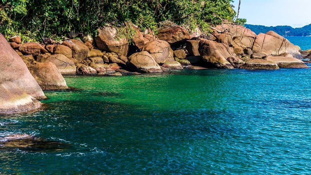 Águas esverdeadas e translúcias na costeira da Praia do Alto em Ubatuba