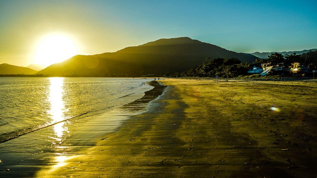 O espetáculo do pôr do sol na Praia da Barra Seca em Ubatuba
