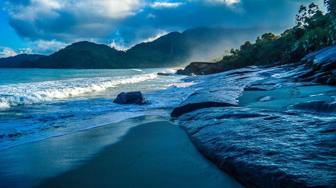 Grandes rochas na orla da Praia Canto Itaipu