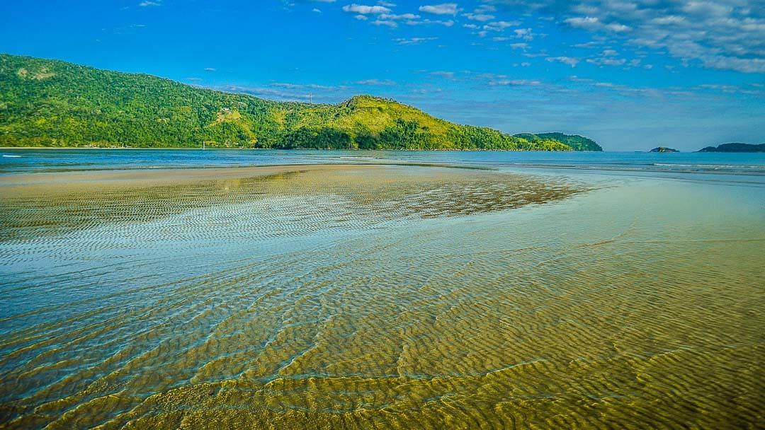 Rio Ubatumirim, divisor natural entre a Praia do Ubatumirim e a Praia Estaleiro do Padre. Ao fundo a Estrada da Almada