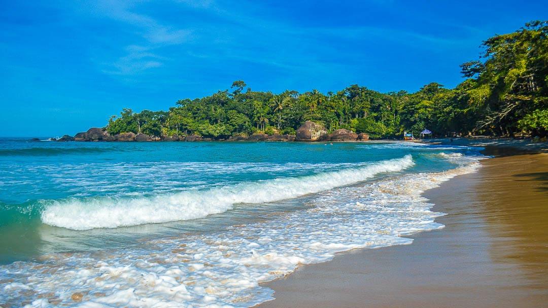 Ondas quebrando na Praia do Félix em um dia ensolarado