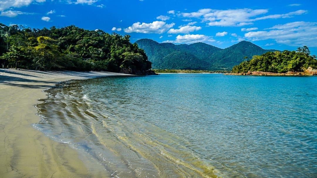 Orla da Praia da Justa com a Ilha do Maracujá a direita e a Praia do Ubatumirim ao fundo