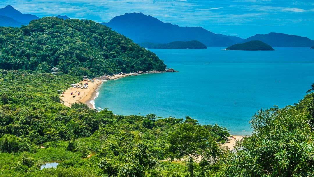 Registro da Praia do Prumirim a partir de um mirante natural nas margens da rodovia