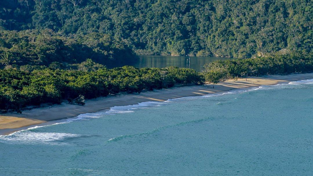 Rio e Mar se encontram cercados pela mata na Praia do Puruba em Ubatuba