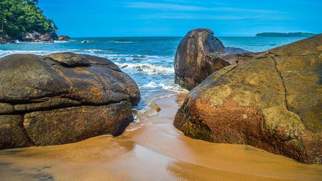 Grandes rochas na orla da Praia Saco da Mãe Maria