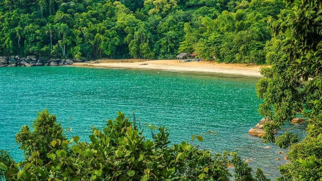Único quiosque da Praia do Bonete em Ubatuba visto a partir de trecho da Trilha das 7 Praias