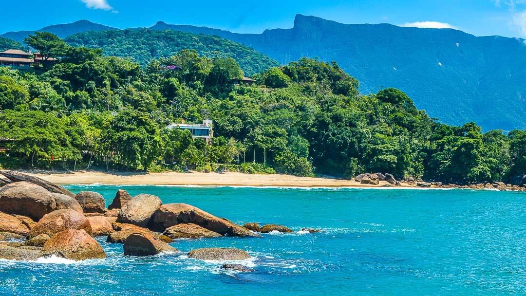 Pico do Corcovado em destaque ao fundo dessa bela foto da Praia Brava do Sul a partir da costeira da Praia Vermelha