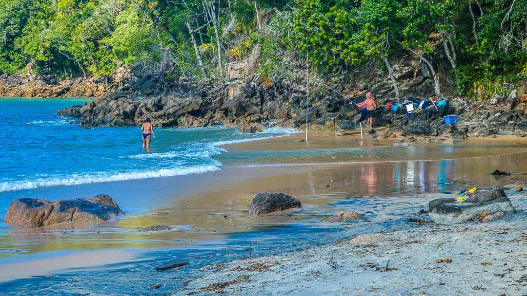 Casal pescando na costeira da Praia da Caçandoquinha, bem próximo ao início da Trilha do Saco das Bananas