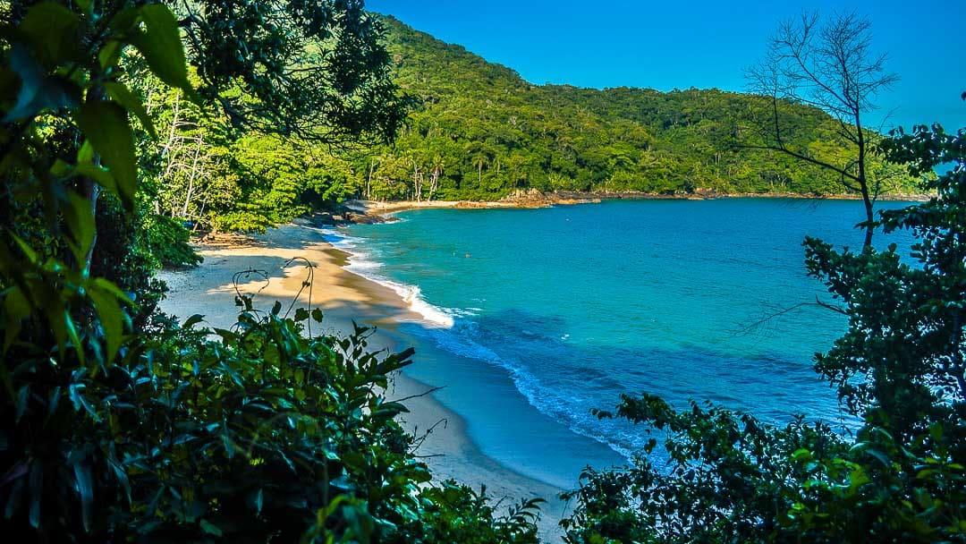 Registro da Praia do Cedro do Sul totalmente deserta e cercada pela natureza a partir da Trilha das Sete Praias