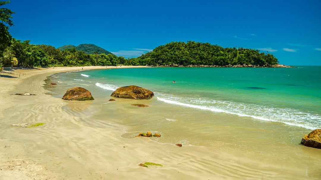 Águas cristalinas e esverdeadas na Praia Domingas Dias em um dia ensolarado na baixa temporada, quando nem mesmo famílias frequentam o local