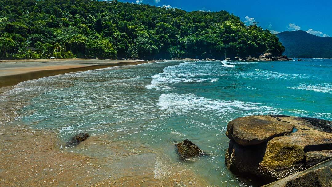 Orla da Praia Brava da Fortaleza registrada a partir da costeira com ondas quebrando na entrada do mar