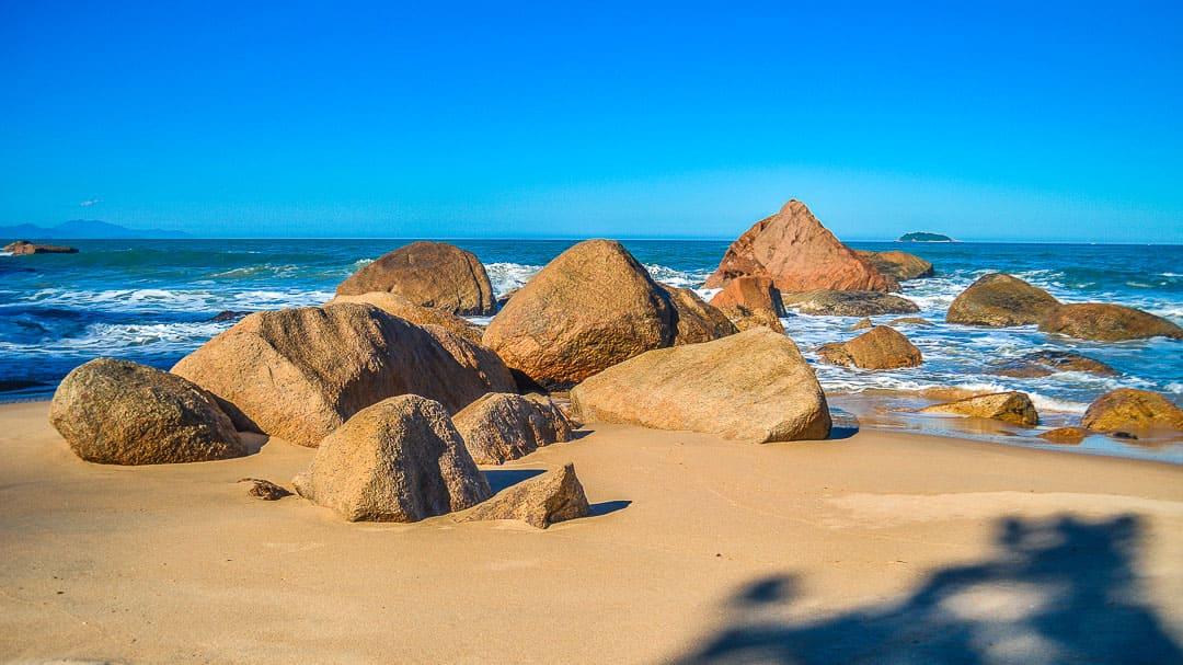 Grande concentração de rochas no centro da Praia do Godói