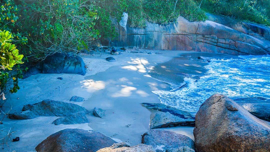 Pequenina orla da Praia de Itapecerica, acessível pela Trilha da Ponta da Espia
