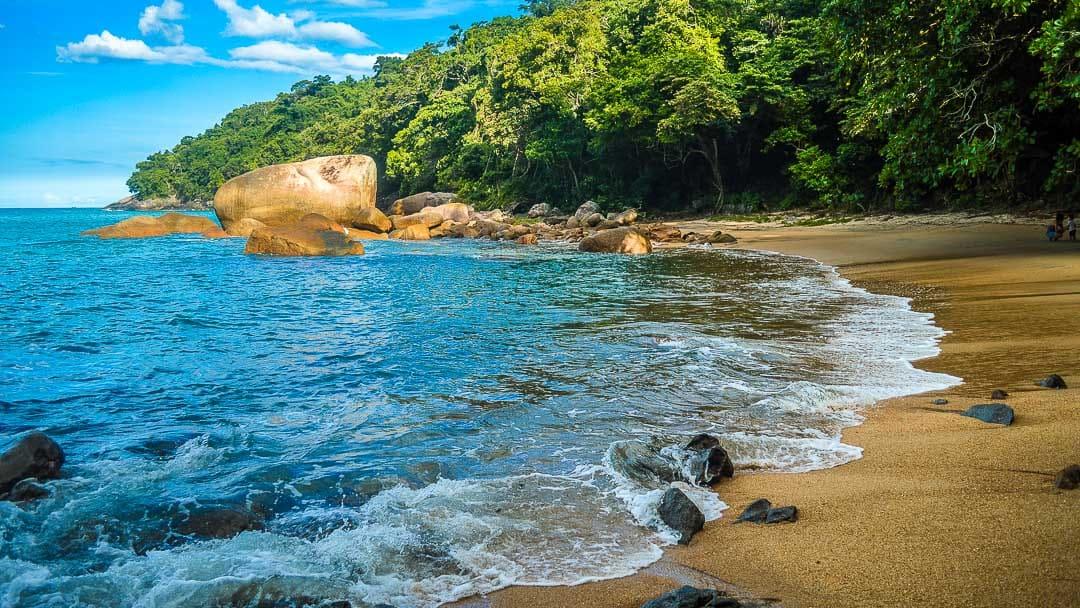 De tombo e completamente inóspita, a Praia da Raposa é um local interessante para se conhecer, porém é preciso ter cautela ao entrar no mar