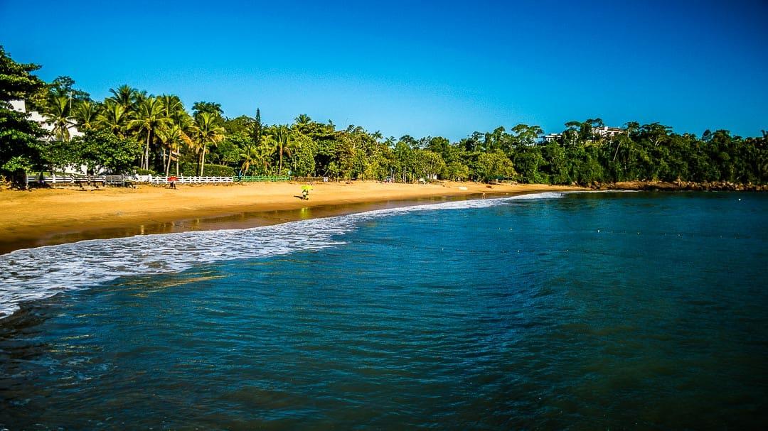 Orla da pequena e charmosa Praia da Santa Rita em Ubatuba