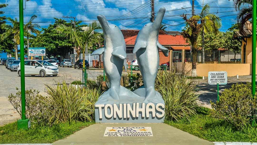 Estátua de duas Toninhas no principal acesso da Praia das Toninhas