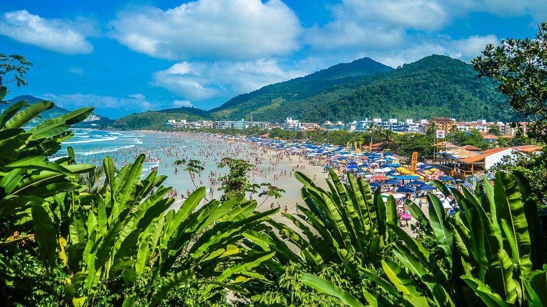 Multidão na orla da Praia Grande de Ubatuba aproveitando um dia ensolarado de verão