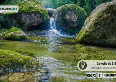 Pequena queda d'água na Cachoeira do Crânio em Ubatuba