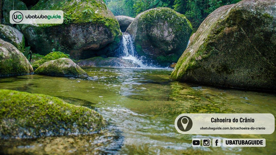 Queda d'água e poço com águas translúcidas na Cachoeira do Crânio em Ubatuba
