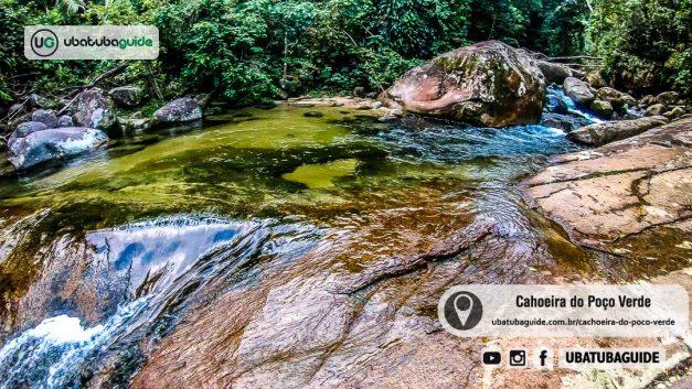 Águas cristalinas refletindo a mata do entorno na Cachoeira do Poço Verde em Ubatuba