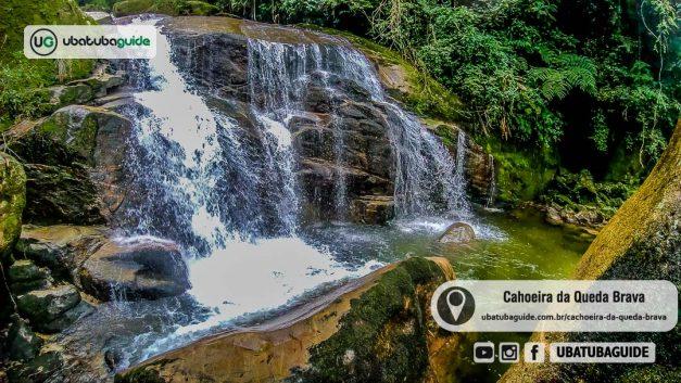 Cerca de 20 metros de queda d'água justificam o nome da Cachoeira da Queda Brava em Ubatuba