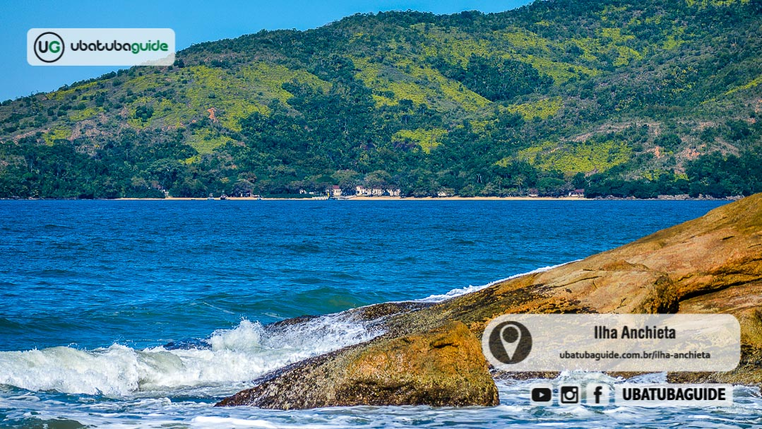 Registro do Píer da Ilha Ancheita a partir do continente, na Praia de Fora, revelando o principal acesso do Parque Estadual da Ilha Anchieta em Ubatuba