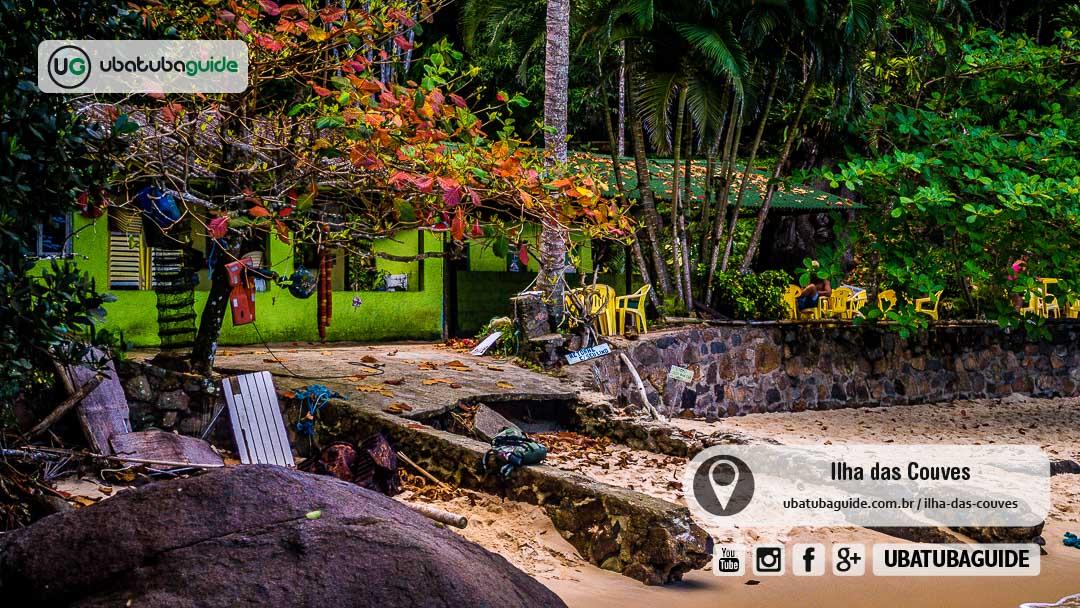 Rampa de acesso do único quiosque da Ilha das Couves desgastada pelo tempo. O quiosque é o único estabelecimento comercial, que não conta com hotéis, pousadas ou outros comércios.