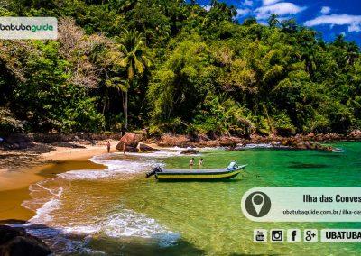 Lancha solitária ancorada nas águas translúcidas da Praia Menor ou Praia de Terra na Ilha das Couves