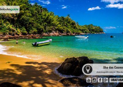 Lancha ancorada na Praia da Terra, a menor da Ilha das Couves