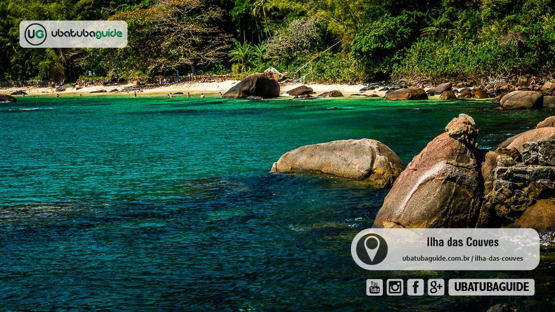 Vista da Praia de Fora, com águas esverdeadas e cristalinas na costeira em trecho acessível pela parte plana da Trilha da Ilha das Couves