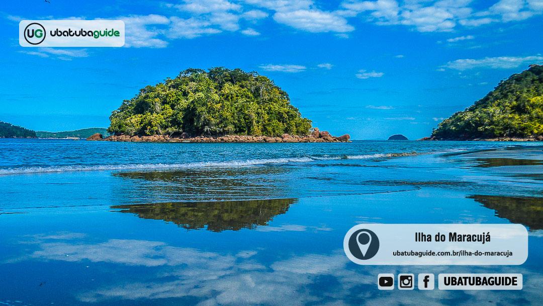 Reflexo da Ilha do Maraujá ou Ilha do Negro nas águas do rio que desemboca no extremo direito da Praia do Ubatumirim, onde chega-se na Praia da Justa