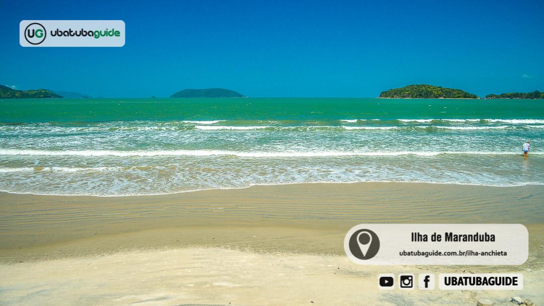 Ilha de Maranduba e Tobocean (toboágua no mar) na linha do horizonte com mar esverdeado em um dia ensolarado. Registro feito a partir da Praia de Maranduba, no extremo sul de Ubatuba