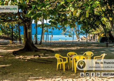 Cadeiras e mesas na área do quiosque da ilha