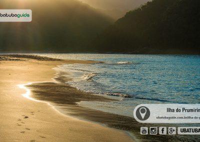 Areias amareladas refletindo os raios de sol em um belo final de tarde na Ilha do Prumirim em Ubatuba