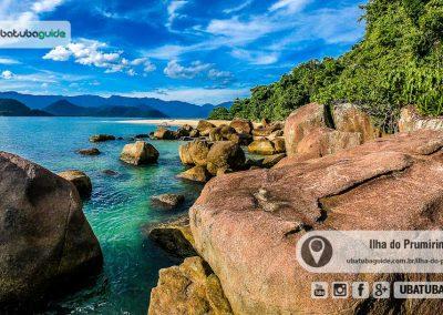 Costeira com águas transparentes e a orla da praia da ilha do Prumirim ao fundo. Registro feito a partir do pontão.