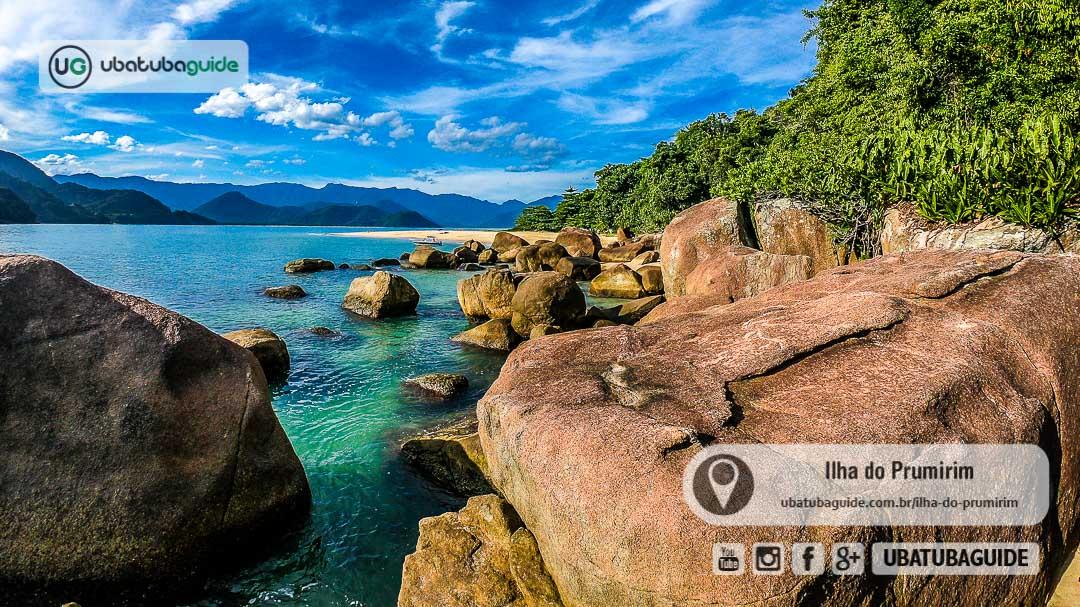 Costeira da Ilha do Prumirim registrada a partir do pontão, acessível por trilha ou nadando e mergulhando
