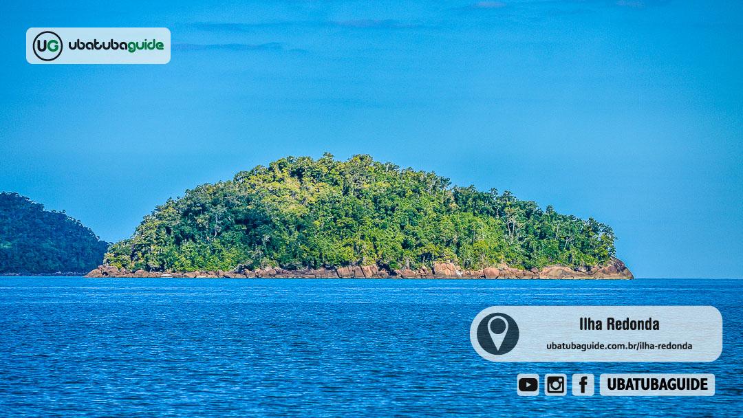Densa vegetação da Ilha Redonda registrada a partir da Praia do Ubatumirim