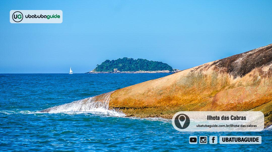 Ilhota das Cabras, em Ubatuba, registrada a partir da Praia do Tapiá